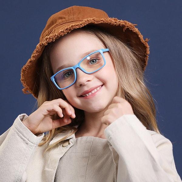 Момиче с детски очила за компютър Kiddo - светло сини